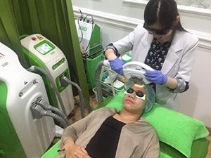 ZAP Lotte Shopping Avenue, Dokter sedang melakukan perawatan Face Rejuvenation